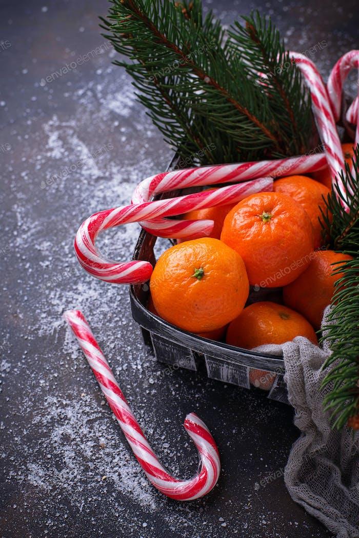 Mandarinen und Zuckerrohr. Weihnachtshintergrund