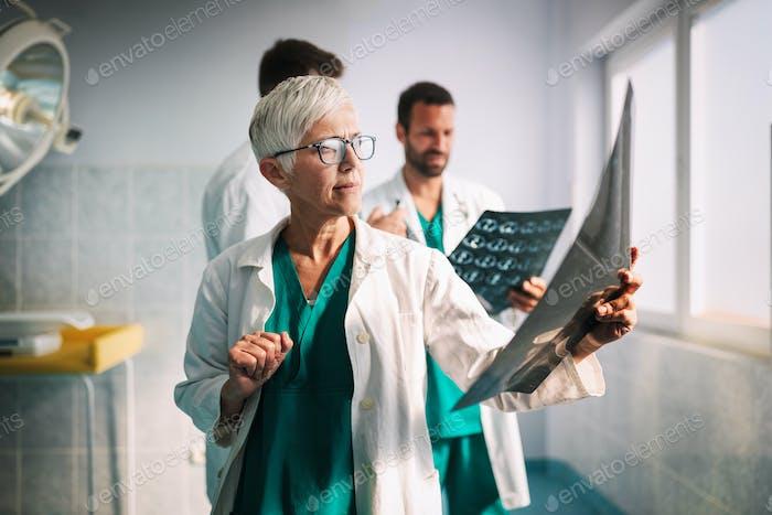 Ärzte, die einen Röntgenbericht im Krankenhaus untersuchen, um eine Diagnose zu stellen