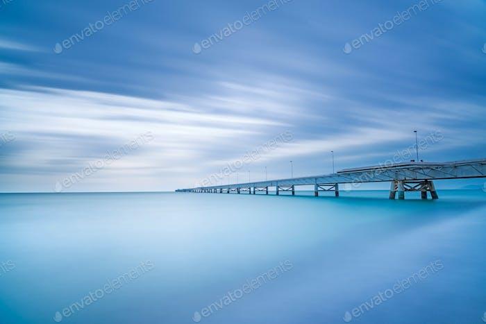 Industrielle Pier am Meer. Seitenansicht. Langzeitbelichtungsfotografie.