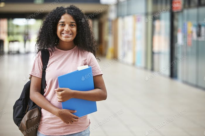 Vertical de Mujer estudiante de pie en edificio de la universidad