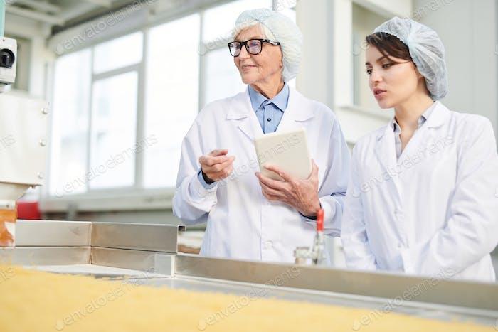 Zwei Frauen überwachen Produktion in der Fabrik