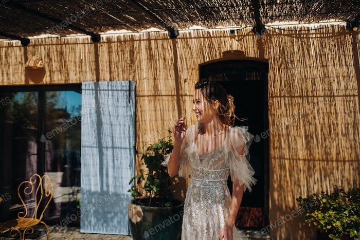 eine schöne Braut mit angenehmen Merkmalen in einem Hochzeitskleid wird in der Provence fotografiert. Porträt von