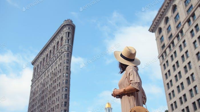 Chica joven en el edificio Flatiron, NYC