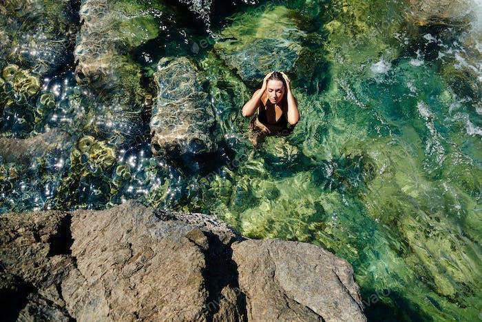 attraktive Frau entspannen am Strand Meerwasser
