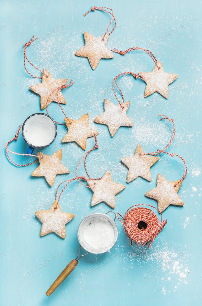 Weihnachts-Lebkuchenkekse mit Zuckerpulver und Dekorationsseil