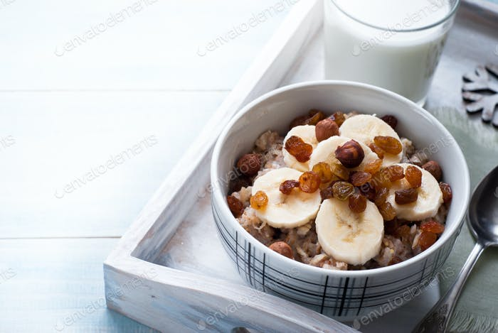 Oatmeal with bananas and raisins