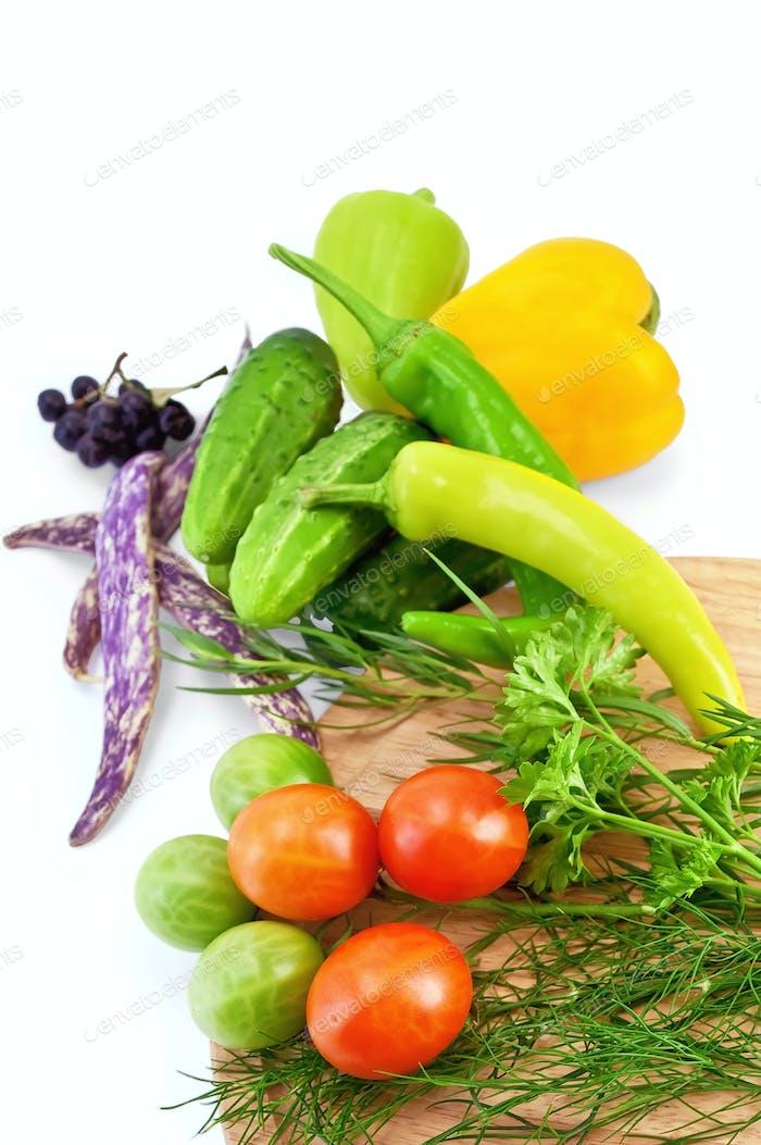 Gemüse mit einem runden Brett