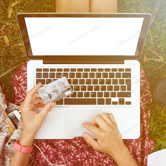 Mujer anónima de compras en Internet
