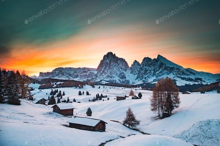 Erstaunliche Winterlandschaft bei Sonnenuntergang auf der Seiser Alm, Dolomiten, Italien - Winterurlaubsziel