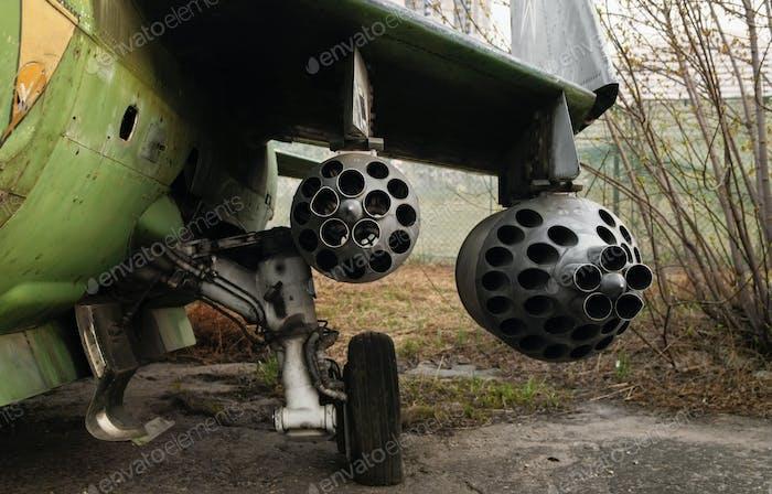 Raketenwerfer unter dem Flügel des Flugzeugs