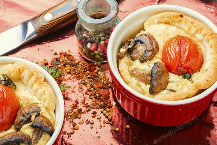 Tart with tomato and mushrooms