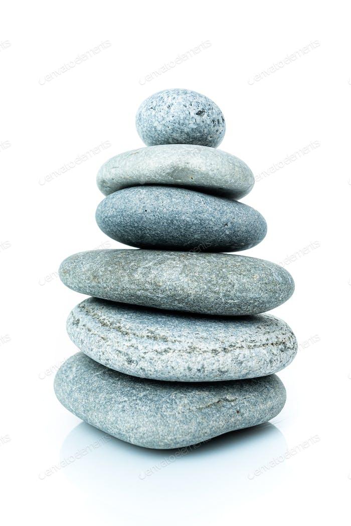 Gestapelte Harmonie Steine in Zen-Balance. Stapel von Steinen auf weißem Hintergrund isoliert