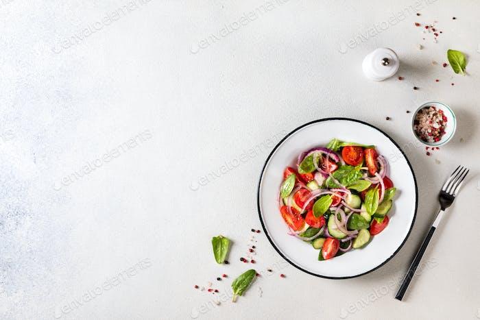 Frischer Gemüsesalat. Vegetarische Essen.Konzept für eine leckere und gesunde Mahlzeit.Top-Ansicht.Kopierraum
