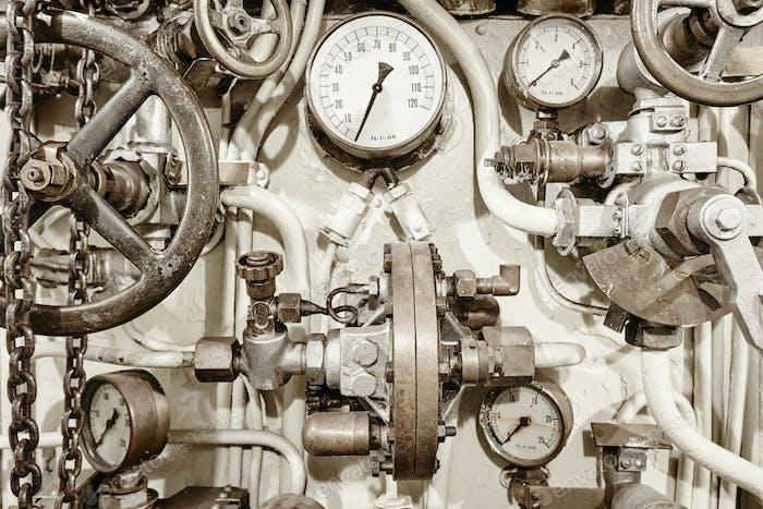 Antike Manometer Messgeräte mit Steuerventilen. Vintage-Ausstattung. Horizontal