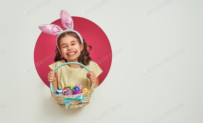 Mädchen mit bemalten Eiern