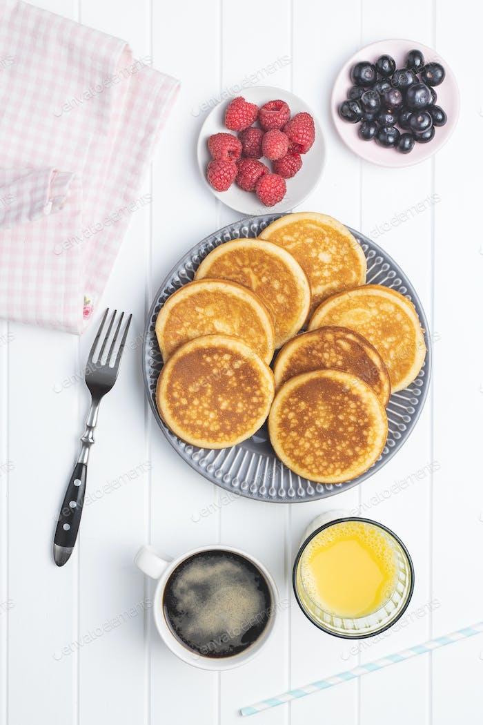 Süße hausgemachte Pfannkuchen mit Heidelbeeren und Himbeeren