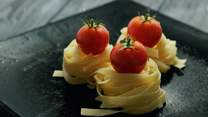 Spaghetti rolled in balls with tomatoes