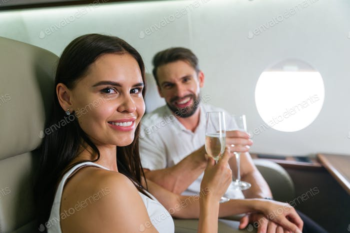 Paar auf Privatjet