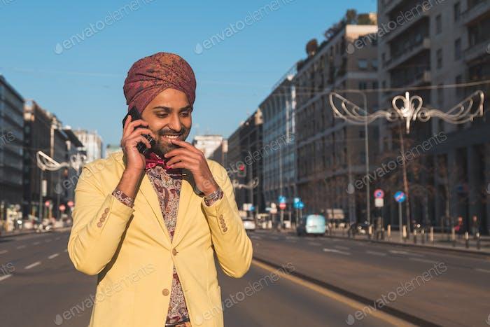 Indische gutaussehenden Mann im Gespräch am Telefon