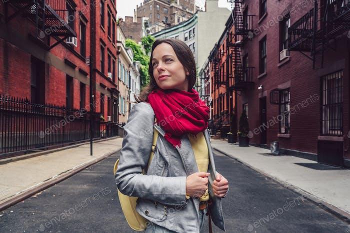 Chica atractiva en la calle en Novedad York