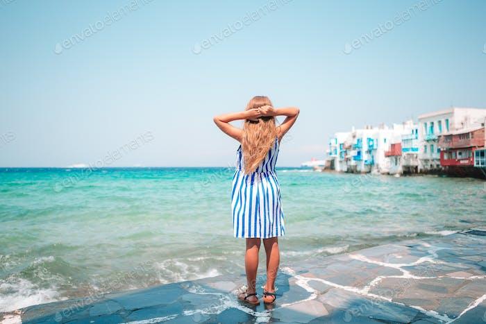 Adorable kleines Mädchen in Little Venice, die beliebteste touristische Gegend auf Mykonos Insel, Griechenland