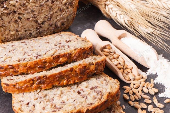 Brot zum Frühstück, Zutaten zum Backen und Ohren von Roggen oder Weizenkorn