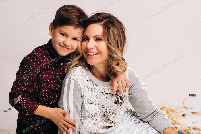 Retrato de una madre y un hijo felices sobre un fondo blanco