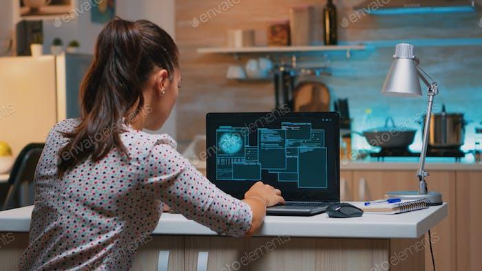 Mujer hacker codificación html y programación en pantalla portátil