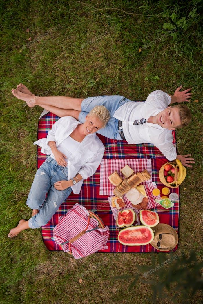 Draufsicht des Paares genießen Picknickzeit