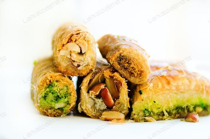 Naher Osten Dessert Baklava auf weißem Hintergrund. Freier Speicherplatz für Ihren Text. Banner