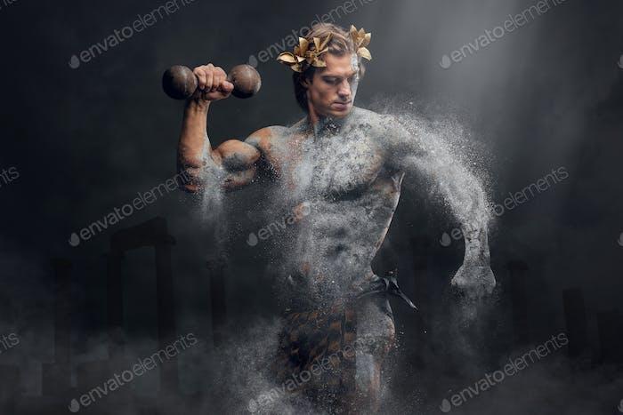 Der  menschliche Athlet aus Zerkleinerungsstein hält den Dumbbell.