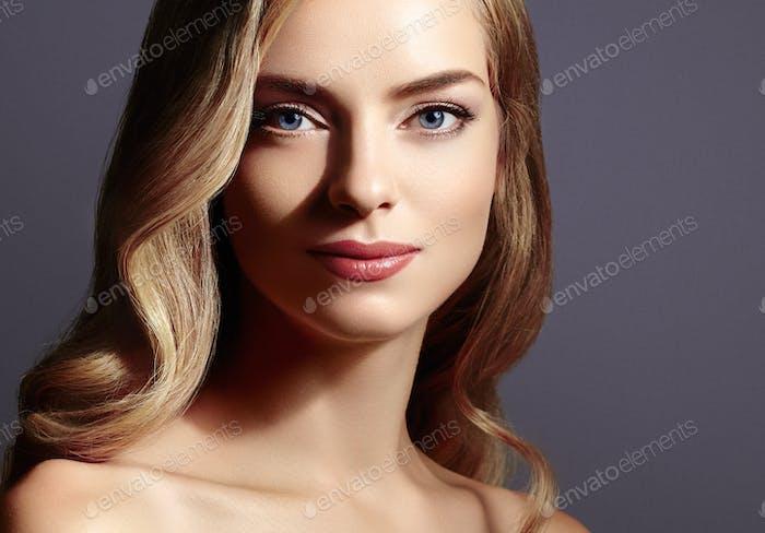 Erstaunliche Frau Blond. Schönes Mädchen Studio Gesicht Porträt.