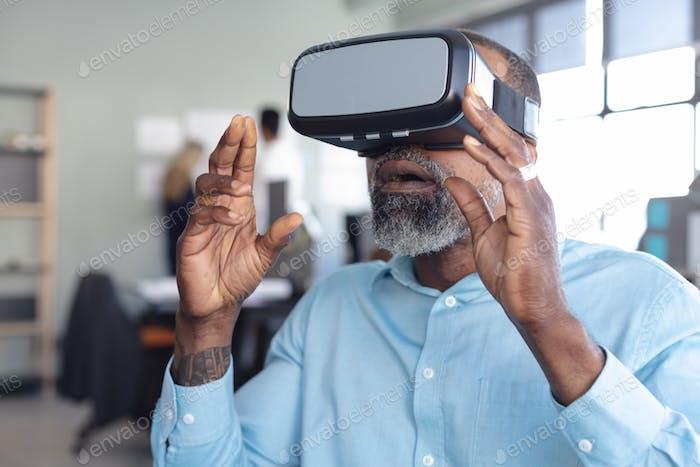 Business Professional bei der Arbeit mit VR