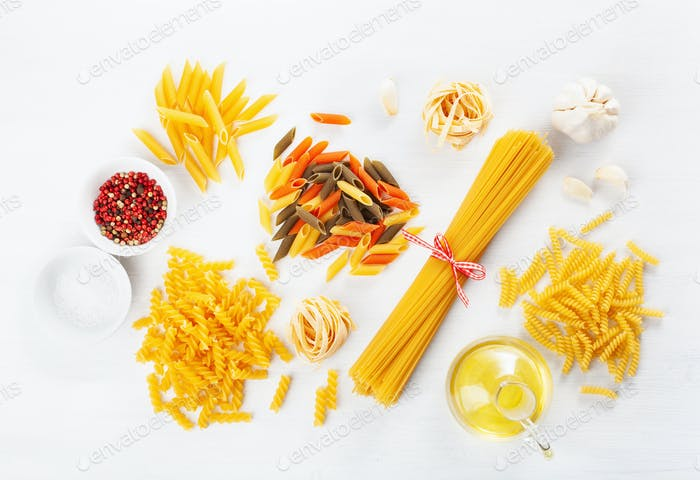 sortierte rohe Pasta flach lag auf weiß. spaghetti fusilli penne ta