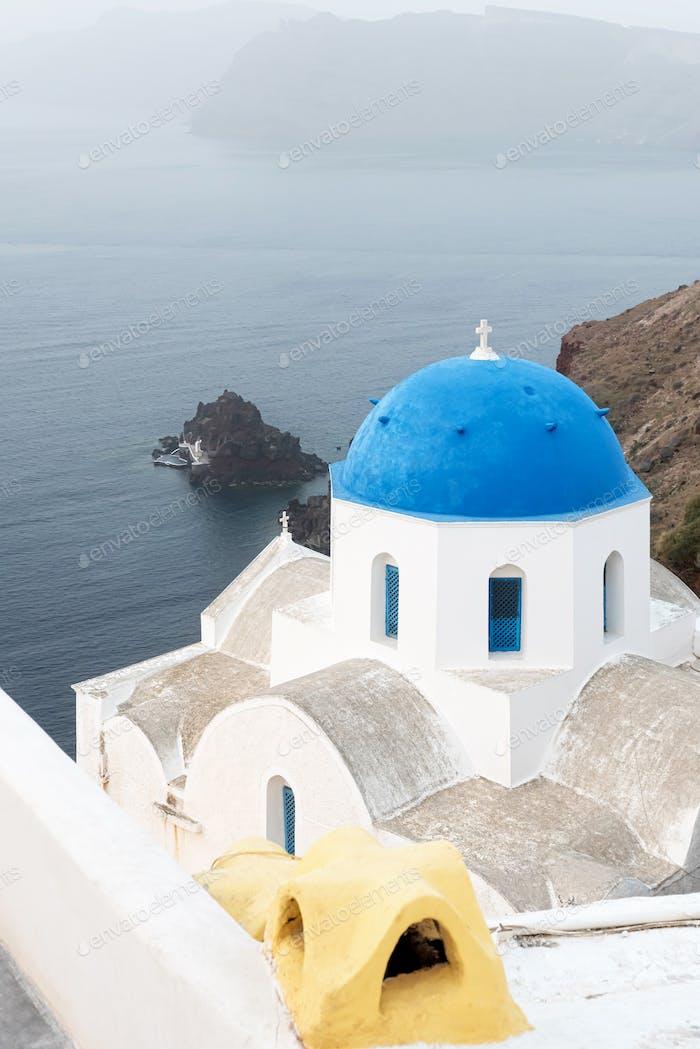 Orthodoxe Kirche mit blauer Kuppel auf Santorin, Griechenland