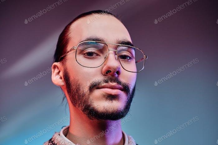 Porträt von attraktiven Mann in Brille