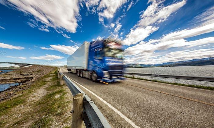 Truck stürzt die Autobahn hinunter im Hintergrund Atlantik R