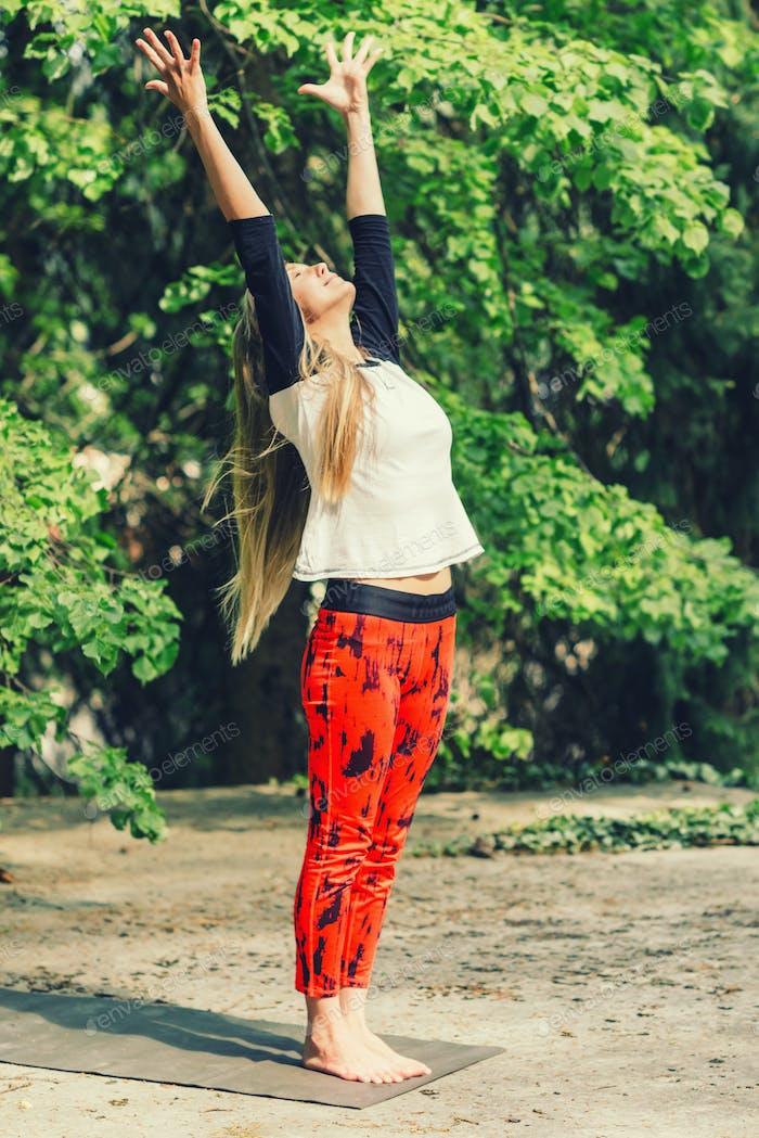 Attraktive blonde Frau tun Yoga im freien