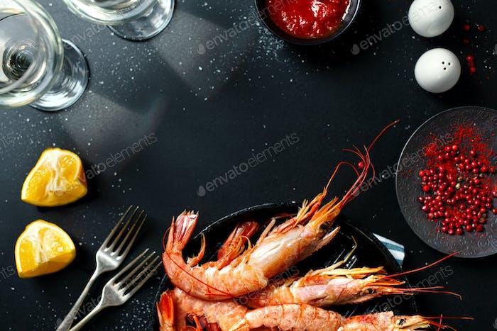 Ungekochte Riesengarnelen auf dunklem Tisch