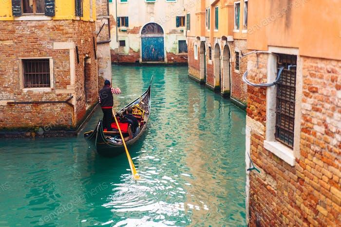 Venezianische Kanal mit alten Häusern und Booten