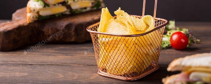 Knusprige Kartoffelchips im Kupferkorb