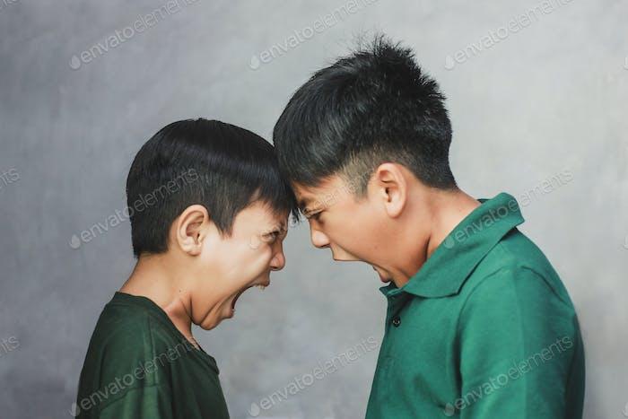 Dos chicos enojados y gritándose entre sí