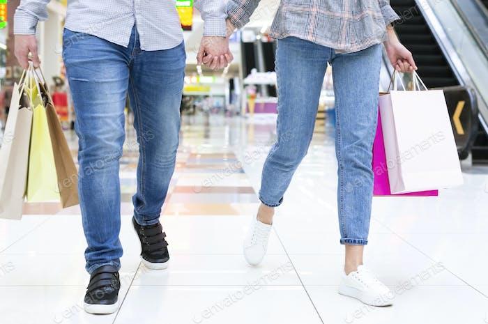 Paar zu Fuß die Stadt Mall, Hand in Hand
