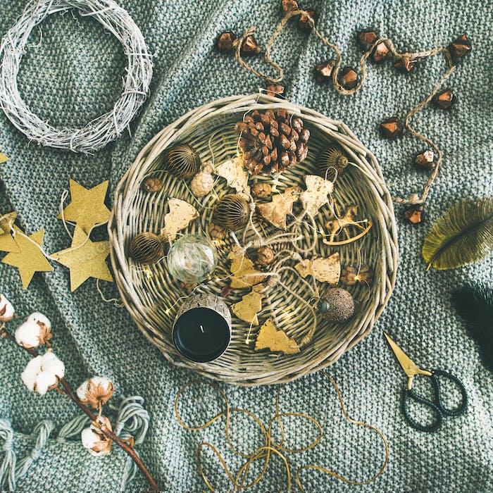 Flat-lay von Urlaub Weihnachten Dekoration Spielzeug, quadratische Ernte