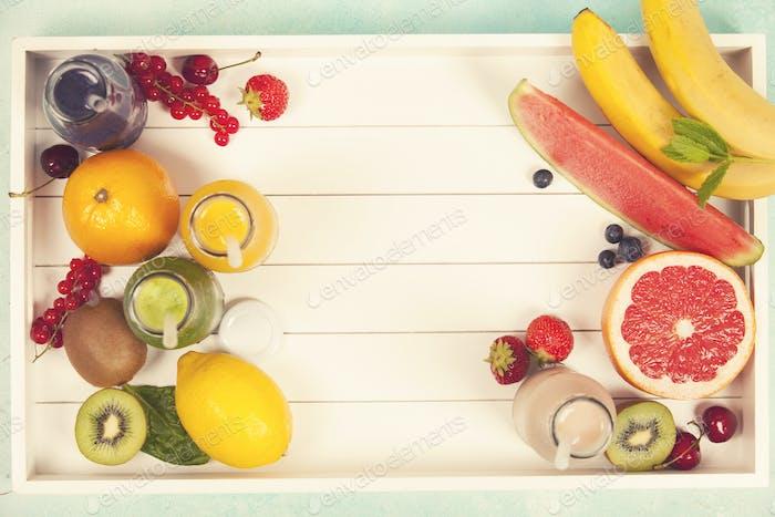 Frische Säfte oder Smoothies mit Obst und Gemüse in Holz