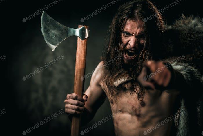 Wütend Wikinger mit kalter Waffe