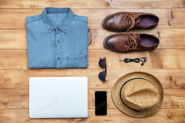 Travel Concept Schuhe, Shirt, Handy, Kopfhörer, Laptop, Hut, Brille