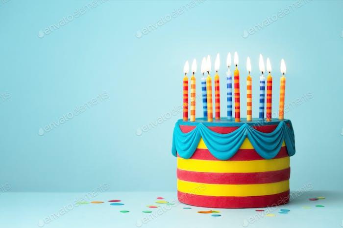 Bunte Geburtstagstorte mit Kerzen