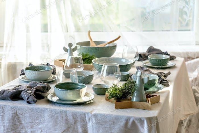 Рождественский стол с керамической посудой