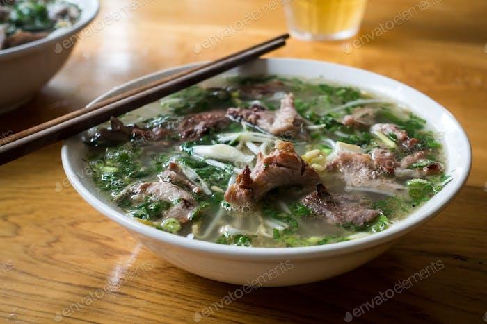 Vietnamesische Pho Bo Suppe mit Essstäbchen